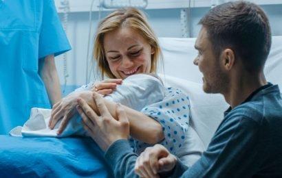 Babys nicht sofort nach der Geburt baden?