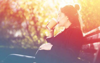 Frau Beschämt durch Starbucks Barista für die Bestellung von Koffein Während der Schwangerschaft