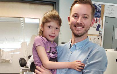 Team links gen, um Kinder mit körperlichen und geistigen Behinderungen