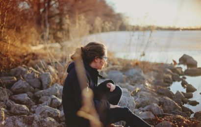 Ursachen von Einsamkeit unterscheiden sich zwischen den Generationen
