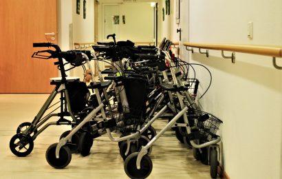 Sollten Sie mitbringen mom zu Hause aus-assisted-living-während der Pandemie?